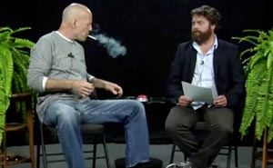 Bruce Willis möter Zach Galifianakis. Bild från video