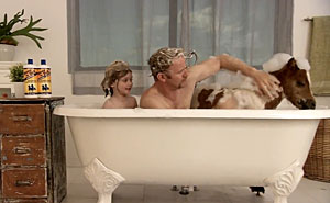 Morgan Spurlock i badet. Stillbild från Youtube-trailer.