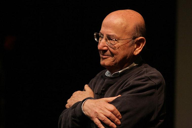 "Theo Angelopoulos presenterar sin film ""The dust of time"" i Aten 2009. Foto: George Laoutaris/flickr (CC BY-SA 2.0)"